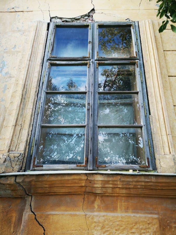 Brutet fönster från övergett hus arkivfoto