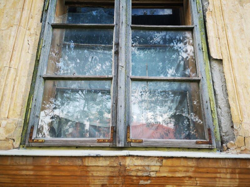 Brutet fönster från övergett hus arkivfoton