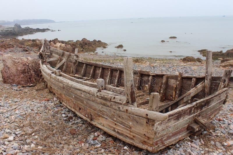 Brutet fartyg på stranden nära Yellow Sea arkivfoton