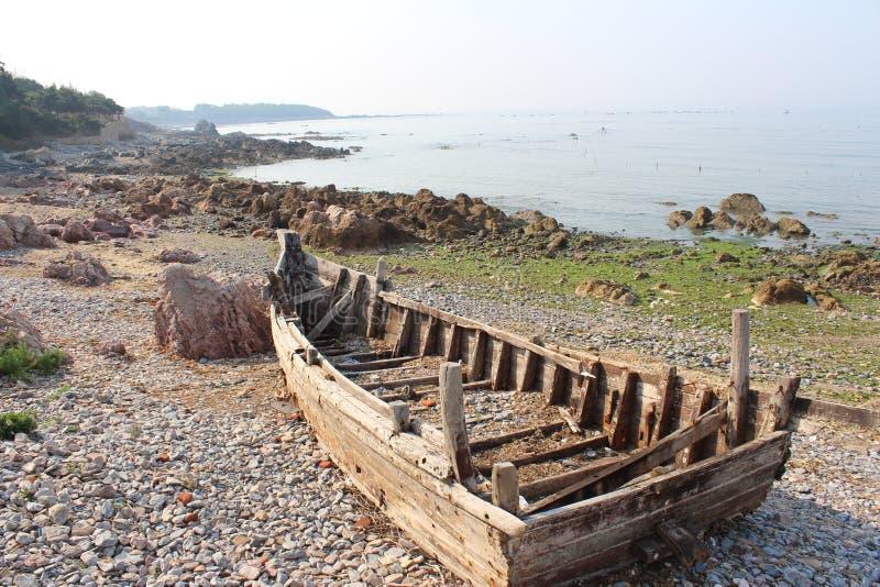 Brutet fartyg på stranden nära Yellow Sea arkivbilder
