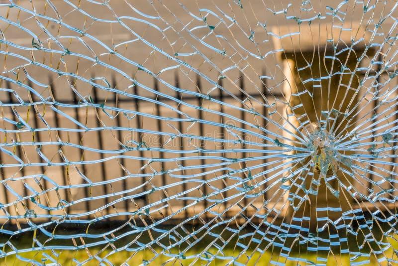 Brutet glass fönster i hushem arkivfoto