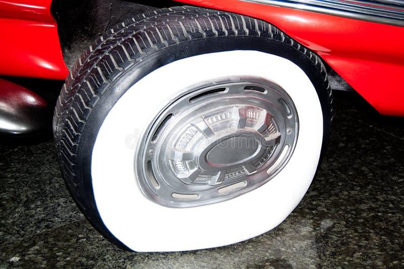 Brutet gummihjul som ska repareras arkivbilder