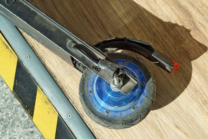 Brutet hjul av en liten modern elektrisk sparkcykel royaltyfri bild