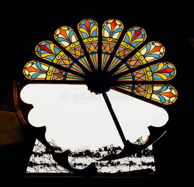 Brutet målat glassfönster - övergiven kyrka royaltyfri foto