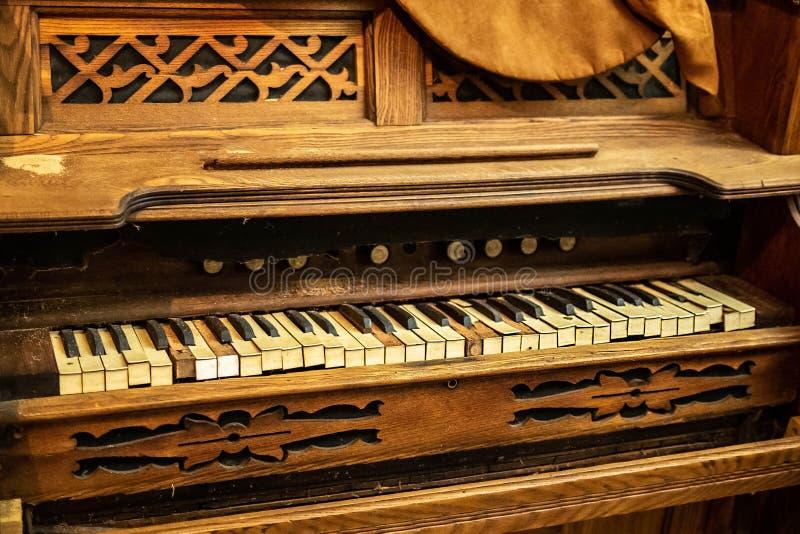 Brutet piano för gammal tappning med saknade tangenter royaltyfria bilder
