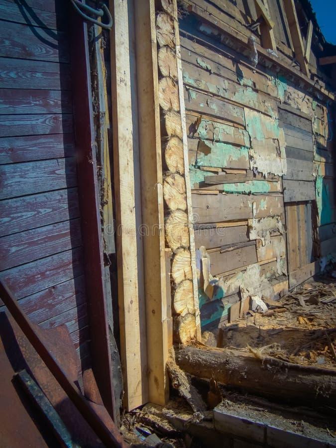 Download Brutet wood hus arkivfoto. Bild av struktur, fördärva - 106830398