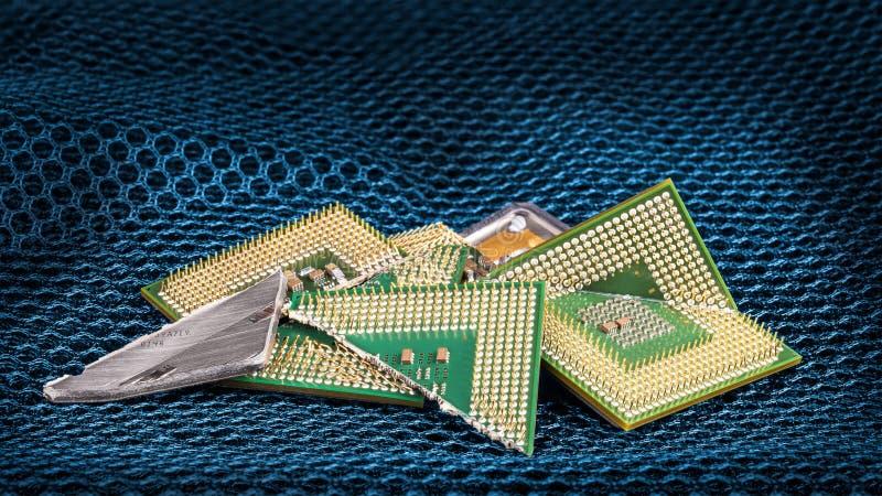 Brutna datorprocessorer på blått sexhörnigt texturerat ingrepp royaltyfri bild