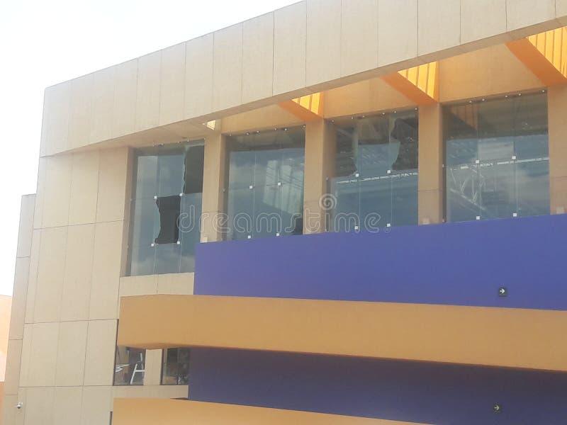 Brutna fönster i det Tecnologico de Monterrey universitetet i Santa Fe i Mexico - stadsjordskalv arkivfoto