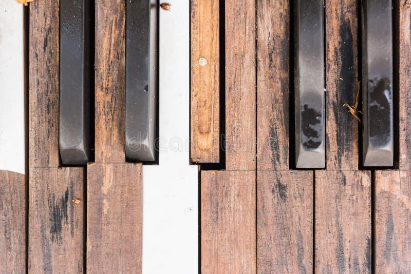 Brutna gamla pianotangenter royaltyfri foto