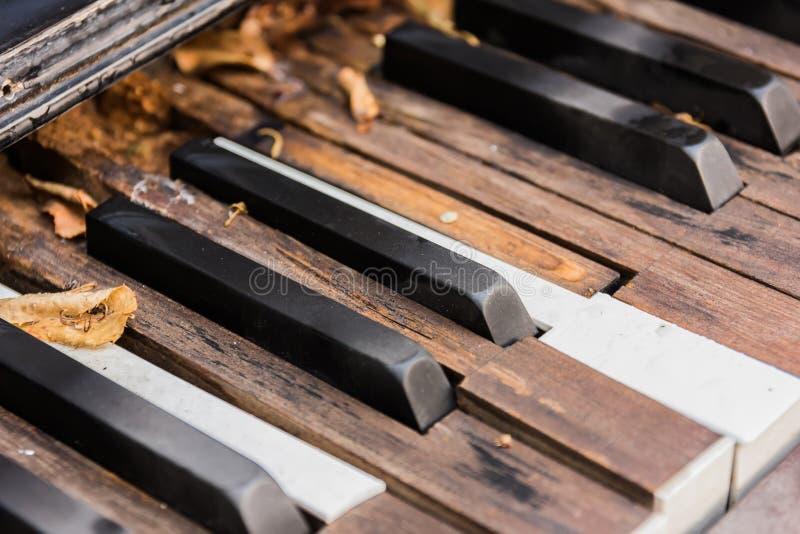 Brutna gamla pianotangenter arkivbild