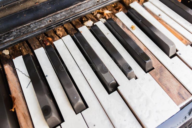 Brutna gamla pianotangenter fotografering för bildbyråer