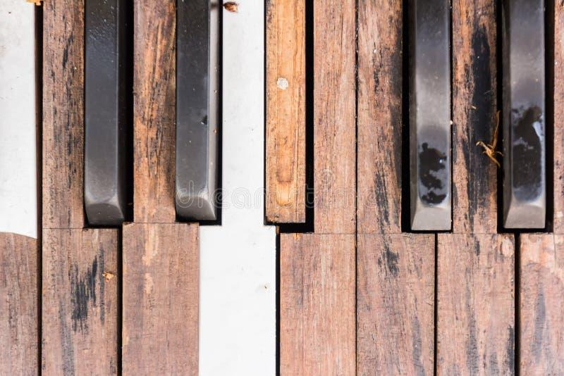 Brutna gamla pianotangenter royaltyfri fotografi