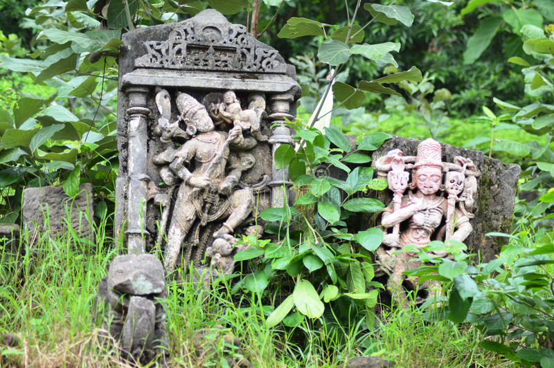 Brutna gamla statyer på Polo Forest, Gujarat arkivbilder