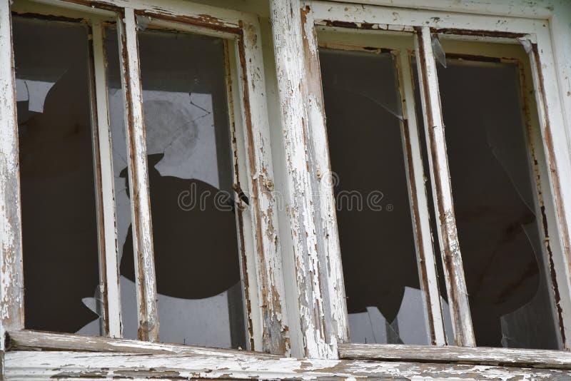 Brutna husfönster, closeup fotografering för bildbyråer