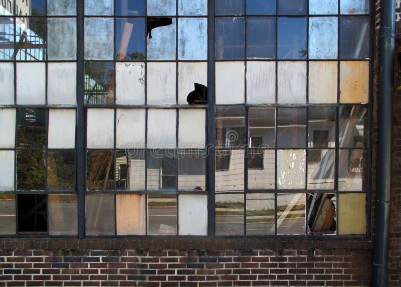 Brutna industriella fönster arkivfoto