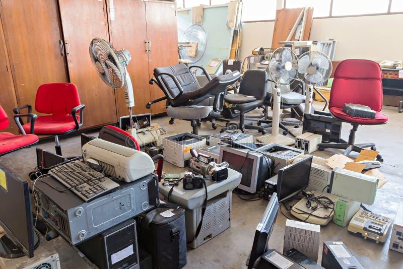 Brutna kontorsstolar och elektronisk avfalls royaltyfri fotografi