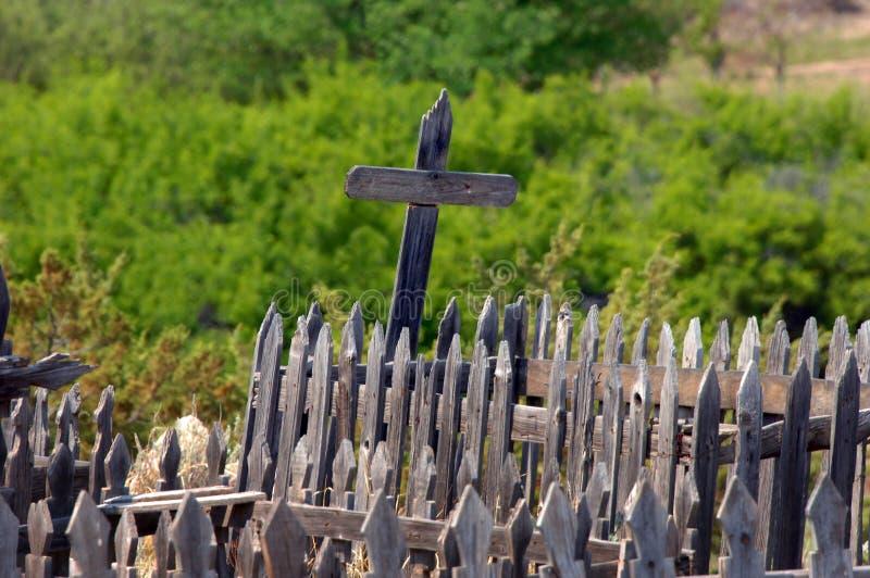 Brutna kors som står fortfarande arkivbild