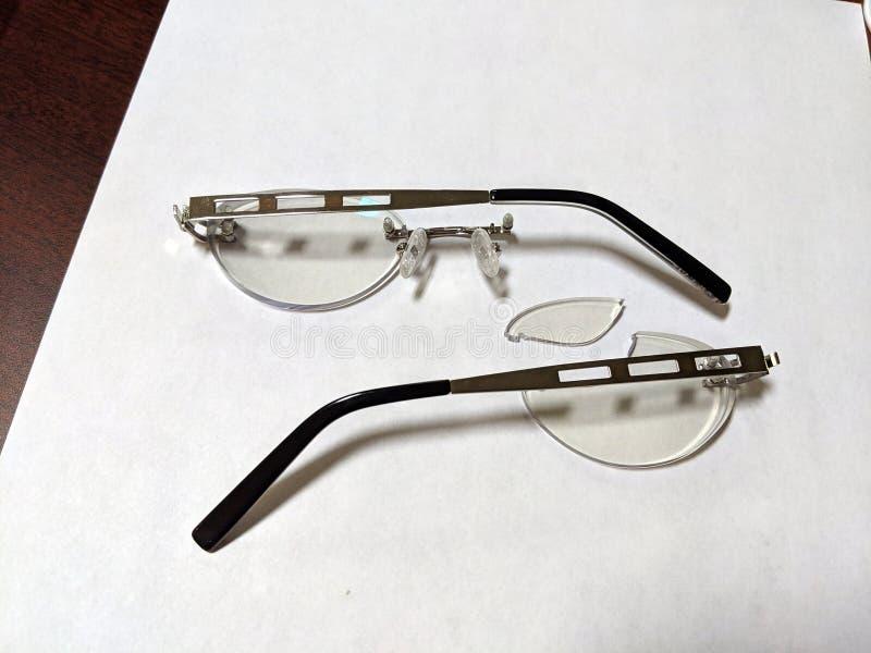 Brutna par av glasögon royaltyfria bilder