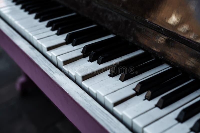 Brutna pianotangenter av ett gammalt klassiskt piano royaltyfri bild