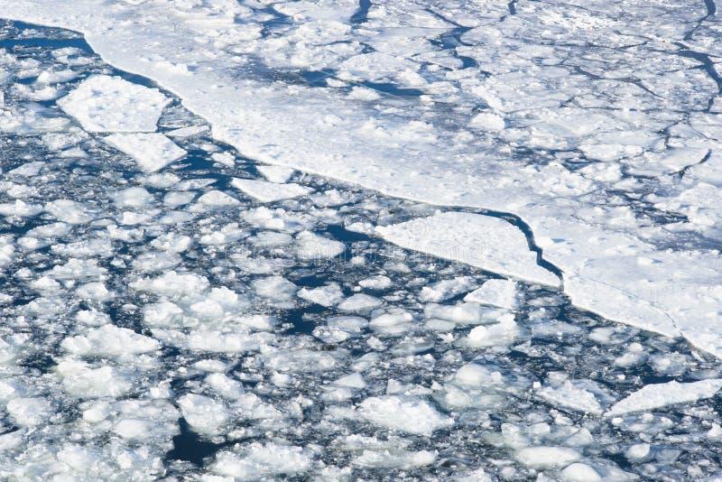 Brutna snöslaskisflöten down floden arkivbilder