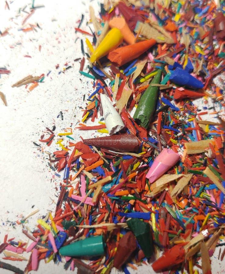 Brutna spetsar av kulöra blyertspennor shavings arkivfoto