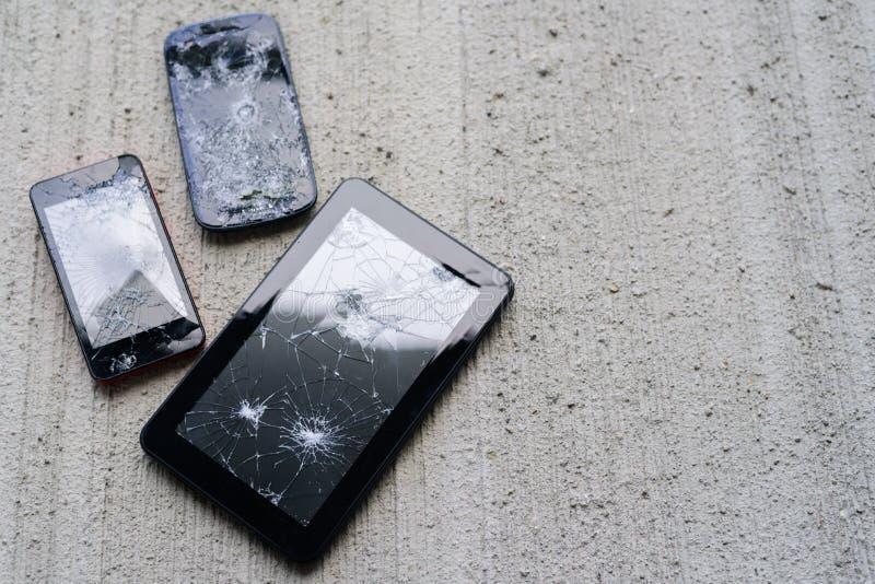 Brutna telefoner och minnestavla fotografering för bildbyråer