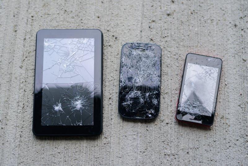 Brutna telefoner och minnestavla arkivfoto