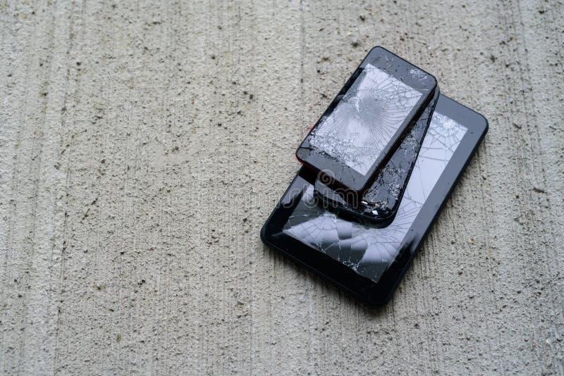 Brutna telefoner och minnestavla arkivbild