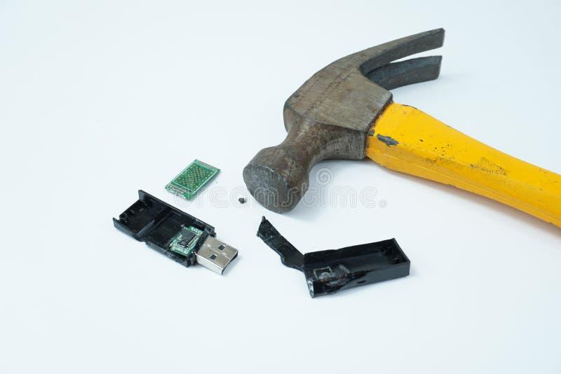 Brutna USB för hammare som stycken isoleras på vit bakgrund royaltyfri fotografi