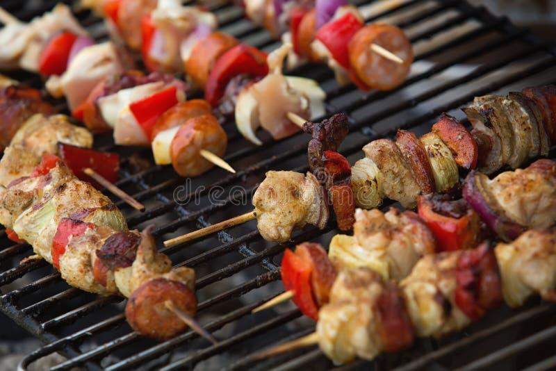 Brutzelnde Grillsteuerknüppel mit Fleisch und Gemüse lizenzfreie stockbilder