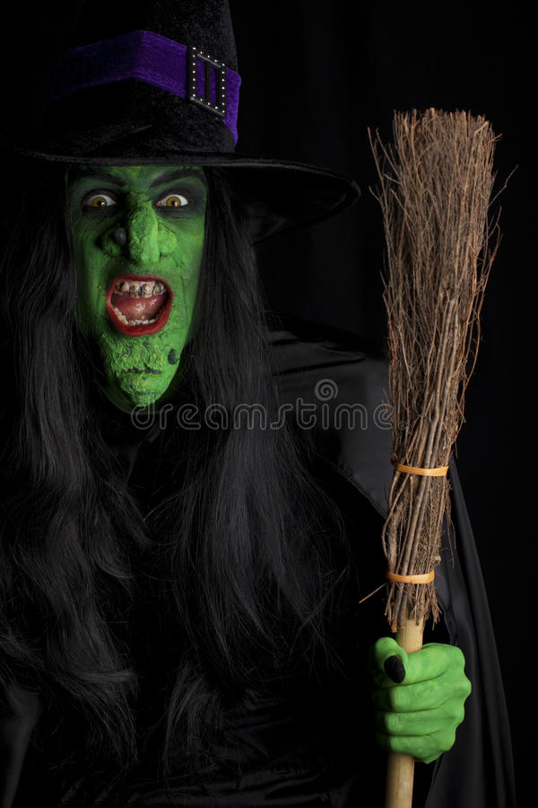 Bruxa assustador e seu broomstick. fotografia de stock royalty free