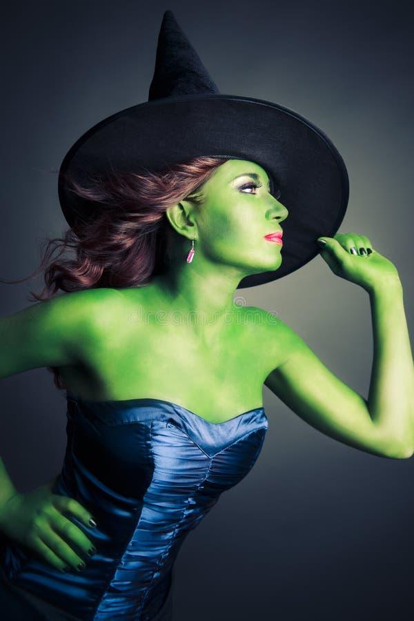 Bruxa bonito e 'sexy' de Halloween imagem de stock