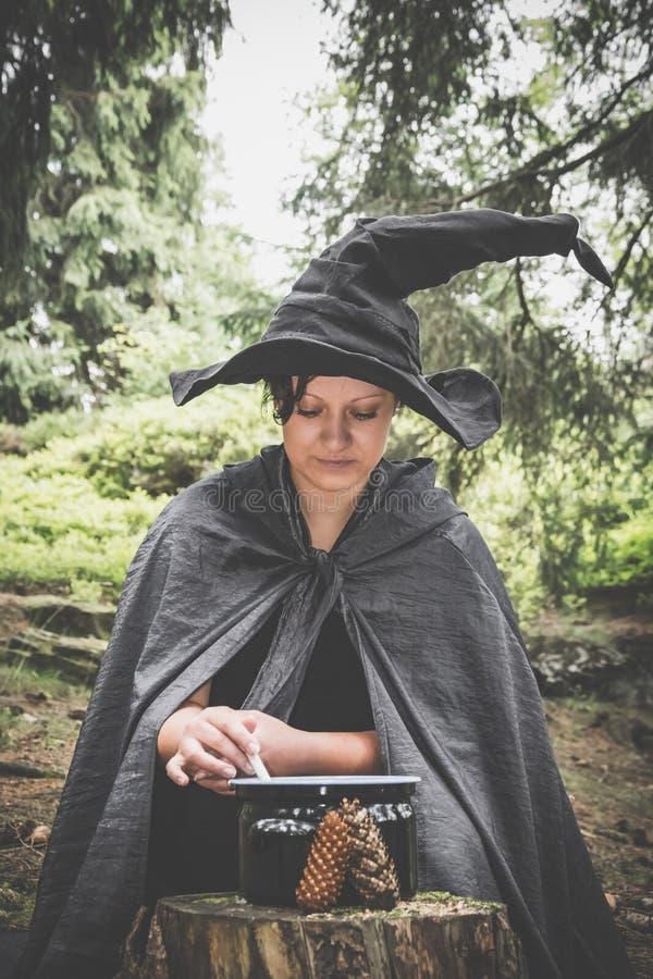 Bruxa com caçarola imagens de stock