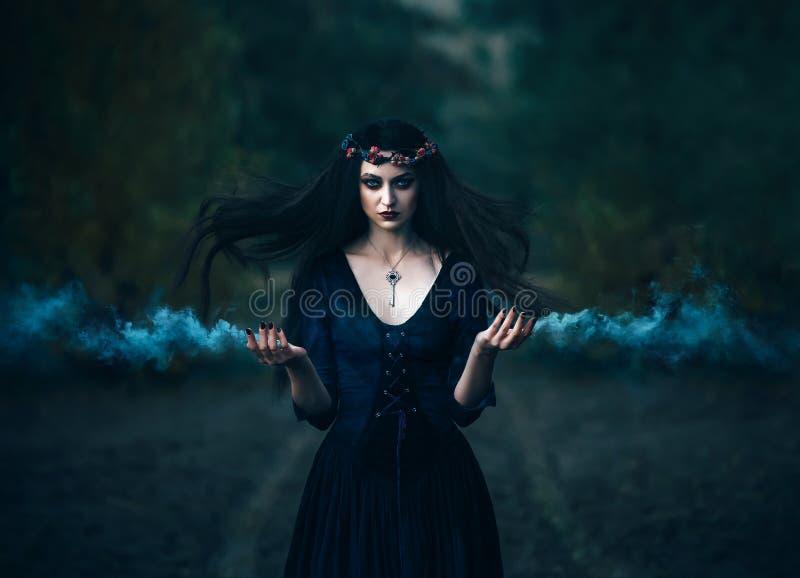 bruxa a conjurar fotos de stock