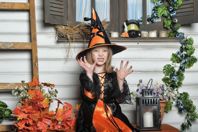 Bruxa de Dia das Bruxas da menina da criança fotos de stock