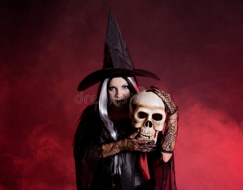 Bruxa de Halloween com um crânio fotografia de stock
