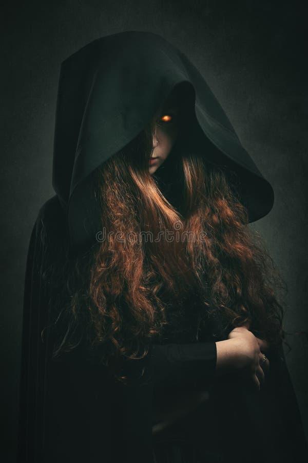 Bruxa do fogo com veste preta imagens de stock royalty free