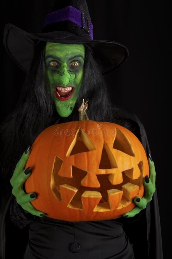 Bruxa e sua abóbora. imagem de stock