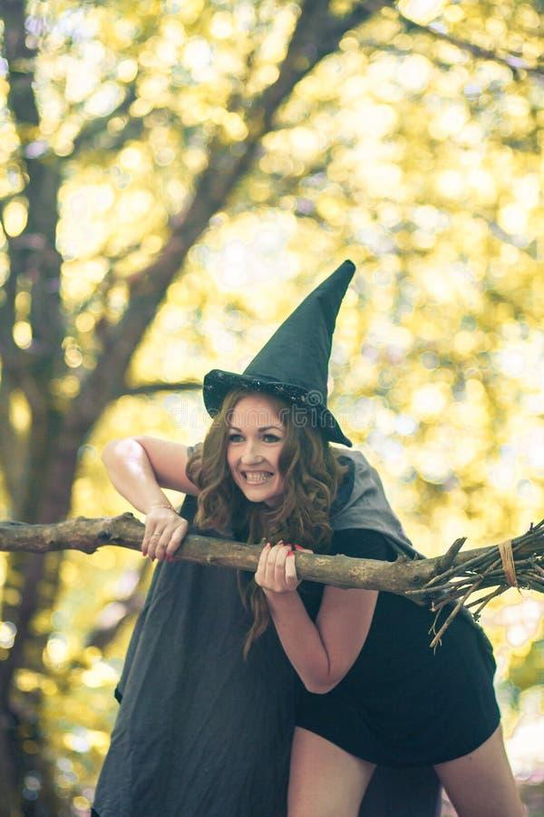 bruxa em Dia das Bruxas vertical do retrato fotos de stock