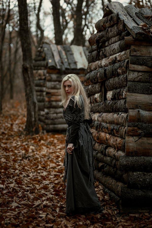 Bruxa em um vestido preto longo imagem de stock royalty free