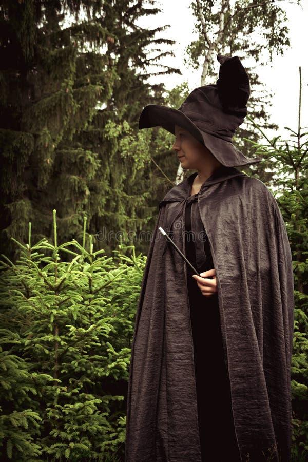 Bruxa escura com varinha fotos de stock