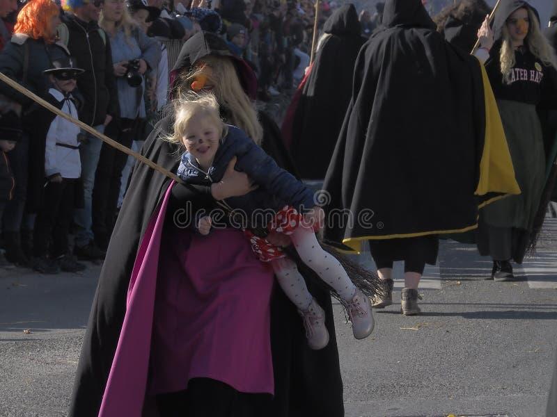 A bruxa leva a criança fotos de stock royalty free