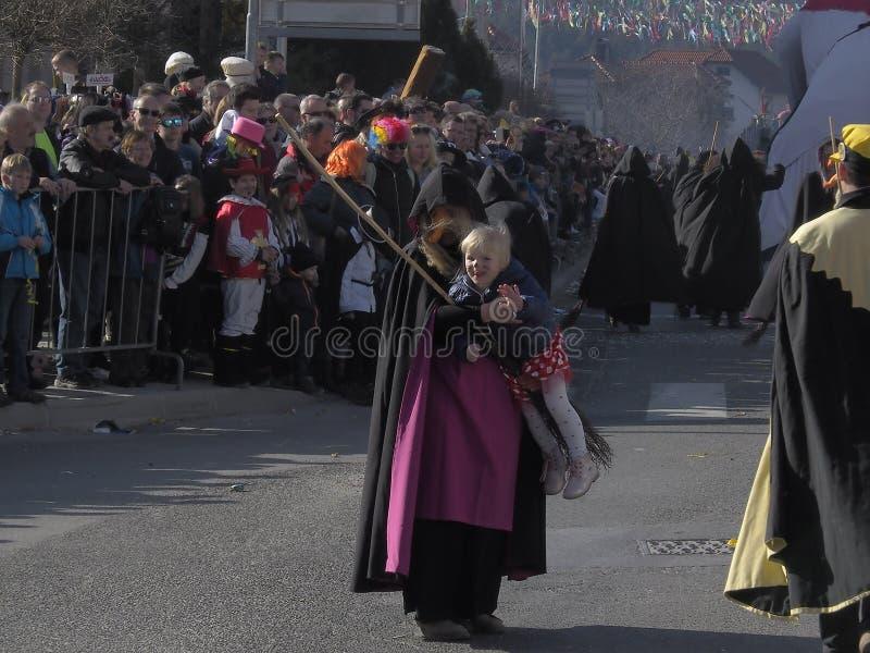 A bruxa leva a criança fotografia de stock