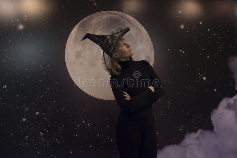 Bruxa, lua e nuvens na noite ilustração royalty free