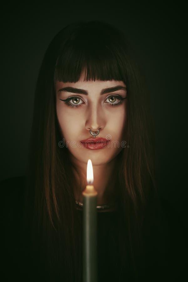 Bruxa moderna iluminada pela vela fotografia de stock royalty free