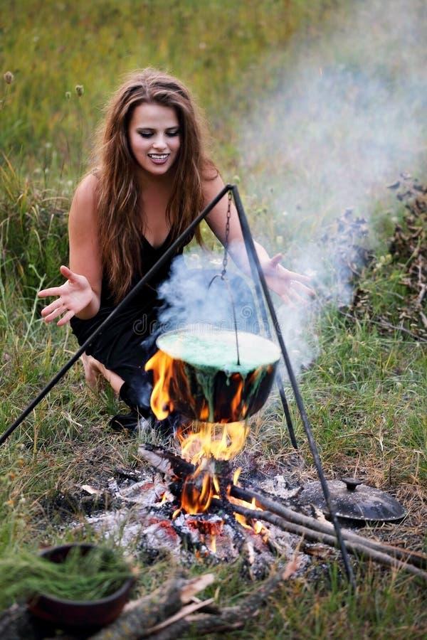 A bruxa molda um período sobre a poção imagens de stock royalty free