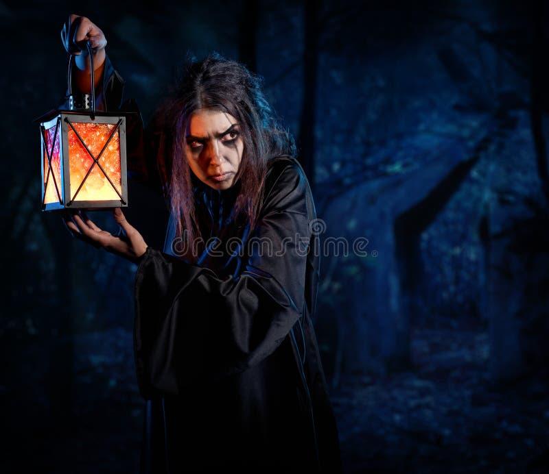 Bruxa na floresta da noite fotos de stock royalty free