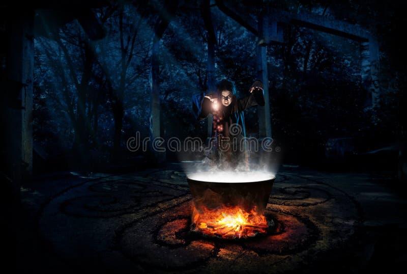 Bruxa na floresta da noite com versão da poção fotografia de stock royalty free