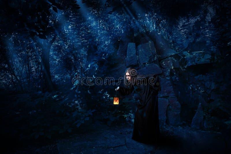 Bruxa na floresta da noite sem versão do corvo fotos de stock