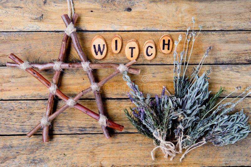 Bruxa natural - pentagram rústico do ramo e ervas secadas com imagem de stock